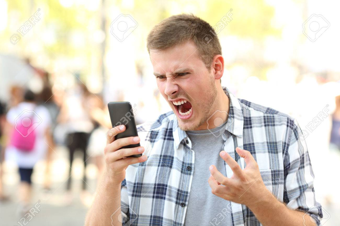 Naam: 84001760-boze-man-met-gecrashte-mobiele-telefoon-op-straat.jpg Bekeken: 85 Grootte: 136,1 KB
