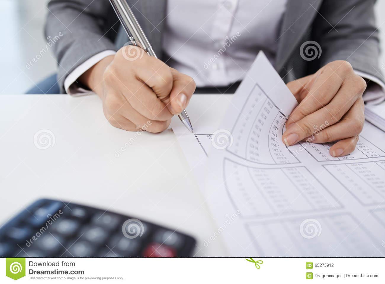 Naam: boekhouder-op-het-werk-65275912.jpg Bekeken: 28 Grootte: 90,7 KB